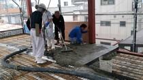 床QLデッキの上にモルタルを流し込み鉄筋コンクリートスラブをつくります。