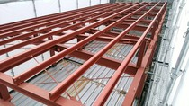 鉄骨屋根下地です。きれいに等間隔で設置しております。