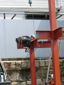 鳶職人も不安定な鉄骨の上で頑張って施工中!