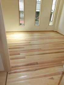 おおさか河内材の無垢杉フローリング材と自然素材の漆喰壁の部屋