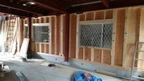 大工工事 外壁下地の構造用合板を全面に張っています。