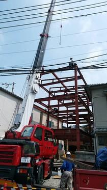 レッカー車により上棟された後、鳶職人の技術によりボルトを締め固定して行きます。