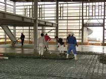 鉄筋コンクリートの床を施工中