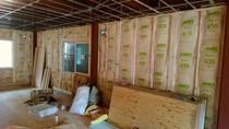 大工工事 壁グラスウール断熱材を充填しております。