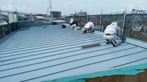 大工による屋根下地工事後に屋根材施工