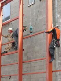 鳶職人は凄いですね!安全を考慮しながらいとも簡単に上っていきます。