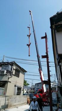 レッカー車により軽々と吊し上げられた鉄骨柱。実はかなりの重量があります!