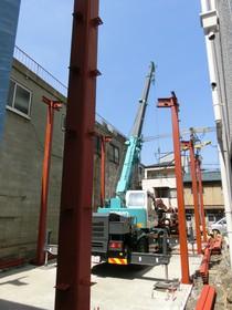 鉄骨上棟 レッカー車でごっつい鉄骨柱や鉄骨梁を吊り上げ上棟します。
