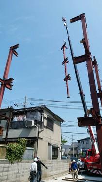 レッカー車による上棟 宙を舞うごっつい鉄骨柱