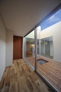 無垢の床材&中庭ガーデンデッキ