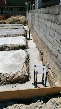 掘削後、砕石を敷き捨てコン工事を施工しました。ベースパック据え付け工事(ベースパック柱脚工法)