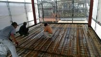 重量鉄骨造の床はQLデッキです。この上に鉄筋を組みコンクリートを流しコンクリートスラブを造ります。