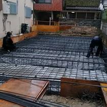 鉄筋コンクリートベタ基礎のベースとなる鉄筋(配筋工事中)。この鉄筋量を見てください!