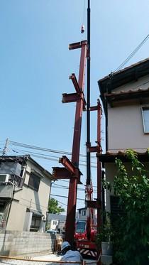 重量鉄骨造の上棟はレッカー車を使います。さすがに重いので人力では厳しいですね。