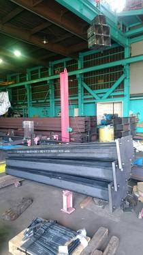 重量鉄骨が工場に搬入されます。