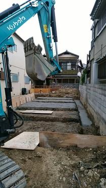 掘削が終わると砕石転圧工事及び捨てコン工事を行います。