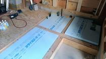 大工工事 床断熱材スタイロフォームを充填しています。