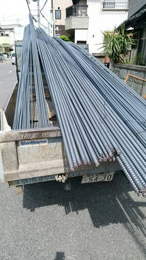 大量の鉄筋搬入。こだわりの【ごっつい基礎】には大量の鉄筋が必要です。