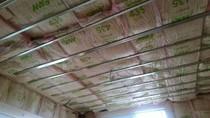 大工工事 天井グラスウール断熱材を充填しております。