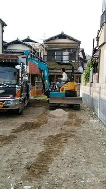 基礎工事に伴う掘削工事を行います。重量鉄骨造の建物は重いので深く掘削します。